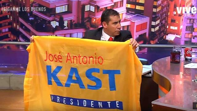 Delirante: JC le quita la bandera de Kast al que apoyo Soto y se sienta en ella